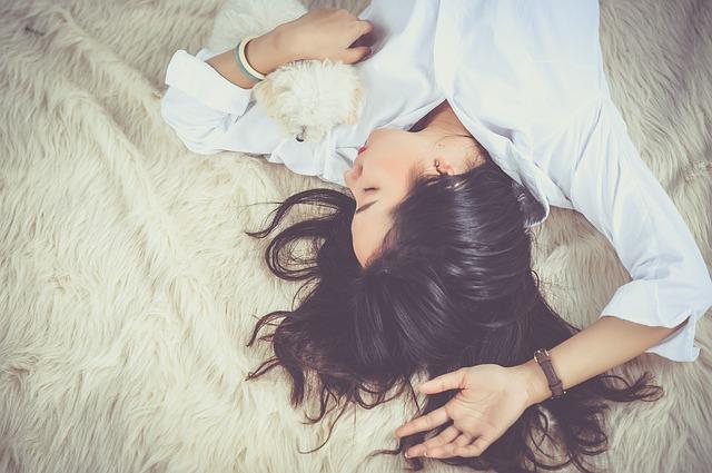 挿絵:寝ている女性の写真