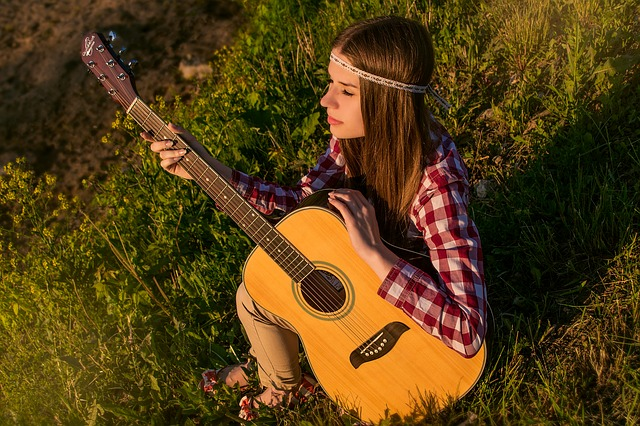 挿絵:ギターを抱えた少女の写真
