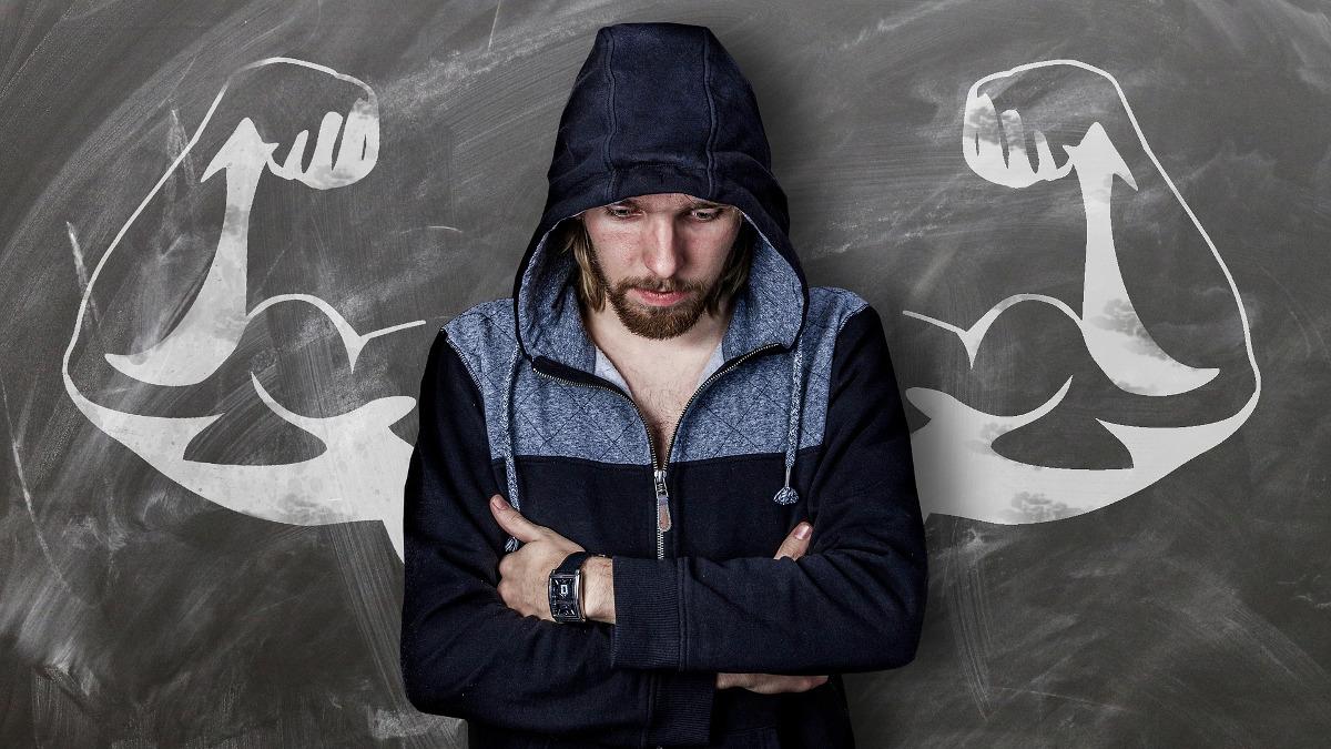 サムネイル:フードをかぶった男性