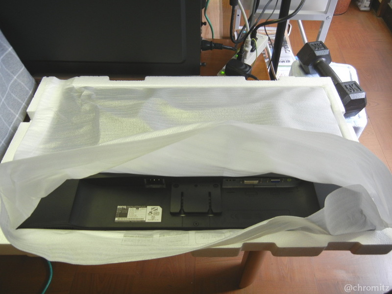 Fig3.下向きに梱包された液晶