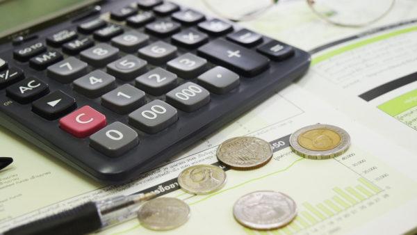 サムネイル:電卓と小銭