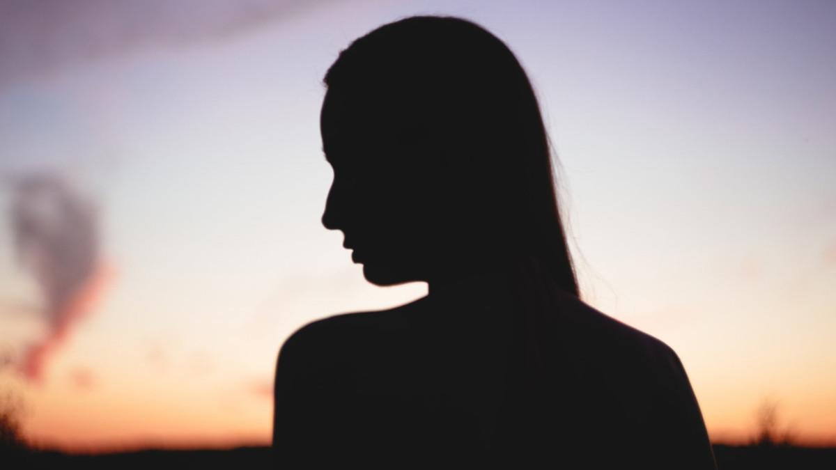 アイキャッチ:夕暮れと女性のシルエット