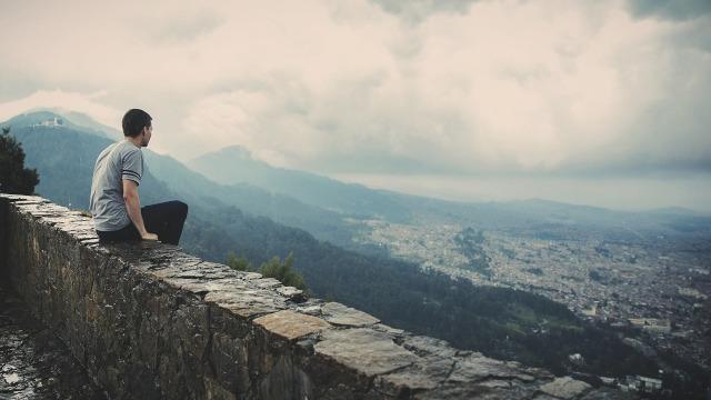 挿絵:城壁から遠くを眺める男性