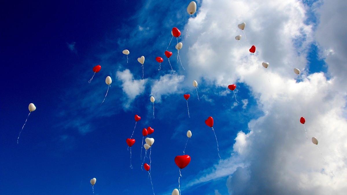 アイキャッチ:空と赤白のバルーン