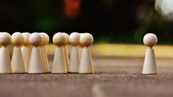 アイキャッチ:集団から離れた駒